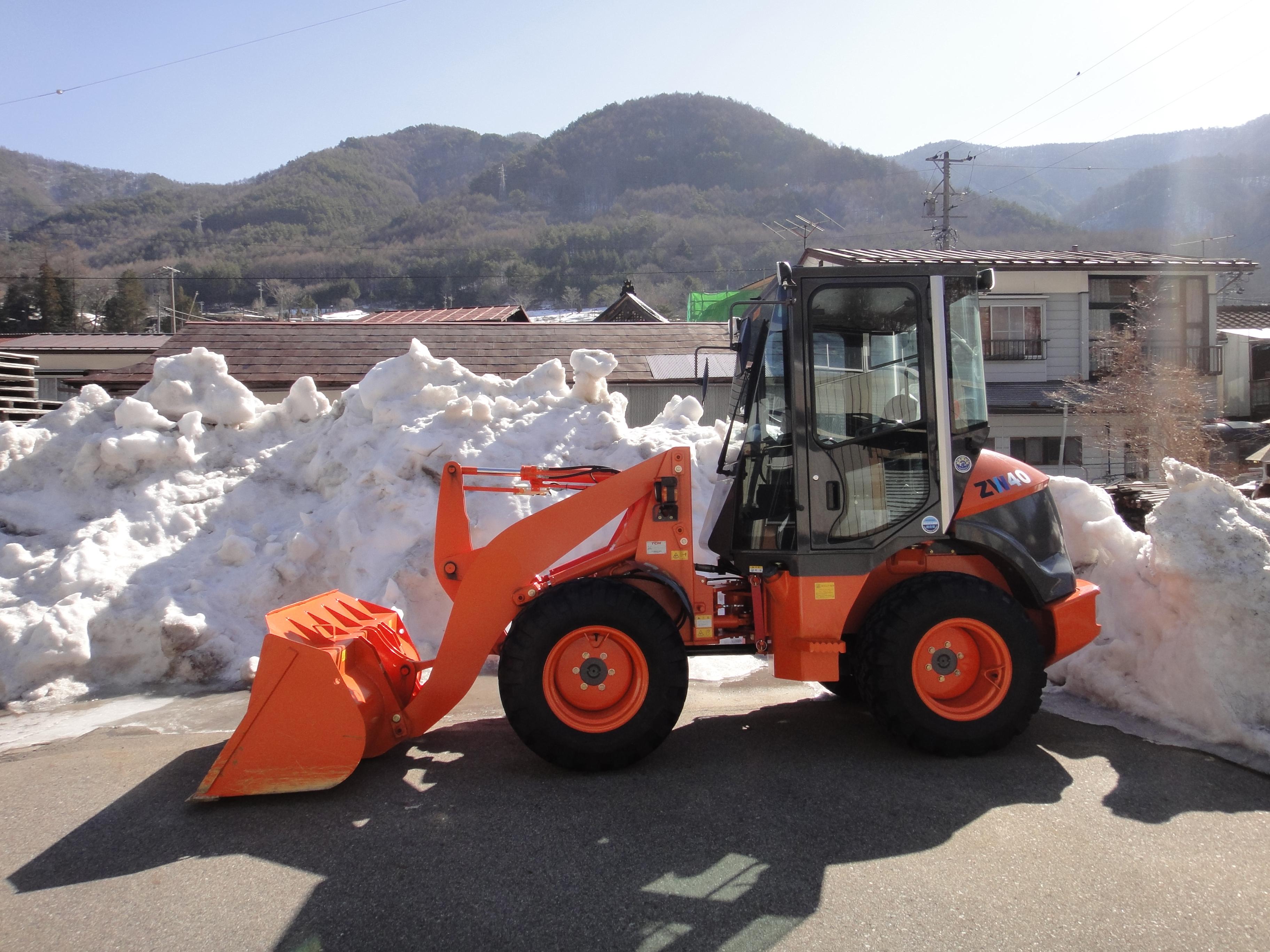 除雪機と雪山